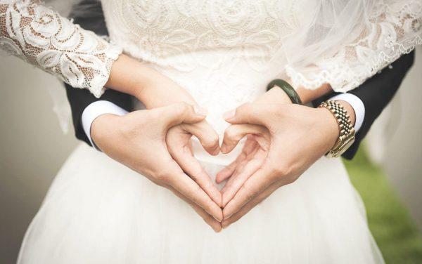 Ehepaar hält Hände in Herzform » Stefan Bitzer – Hochzeit