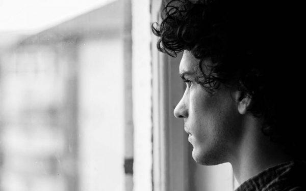 Mann schaut trauernd aus einem Fenster » Stefan Bitzer – Trauer